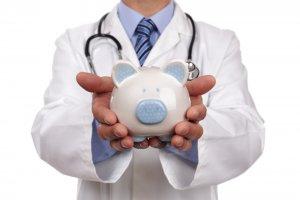 ¿Tiene la compañía de seguros la responsabilidad de pagar los gastos médicos mas interéses?