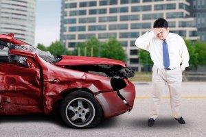 Fui lastimado en un accidente de auto pero no tengo licencia de conducir. ¿Aun puedo demandar al la compañía de seguros del conductor culpable?