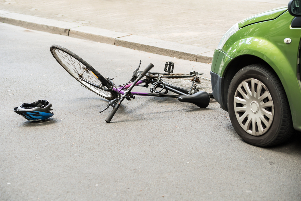 Un auto me pegó cuando estaba montado en mi bicicleta.  ¿Cuáles son mis opciones legales? Featured Image